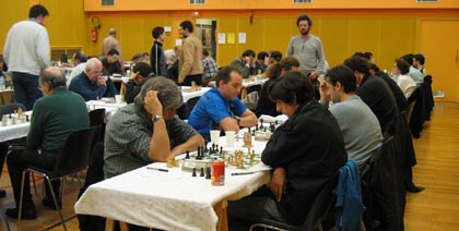 Le 100e open Fide du Club608. Alberto David est debout de face.