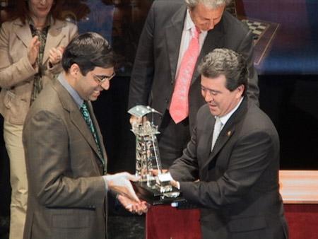 Le Maire de la ville remet son prix à Vishy Anand